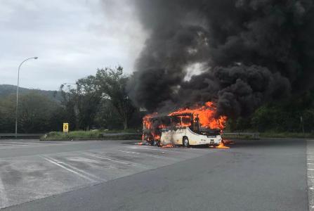 東名高速でバス火災事故!中井パーキングエリアで炎上した動画や画像は?